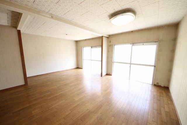 専用庭に面して日当たりのよい約15帖もある広々とした洋室です 収納が1箇所しかないのでクローゼットの新設などリフォームのご相談もお待ちしております。