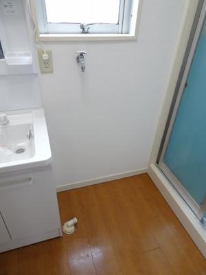 根岸マンション 洗濯機置き場は室内(独立洗面台横)にあります