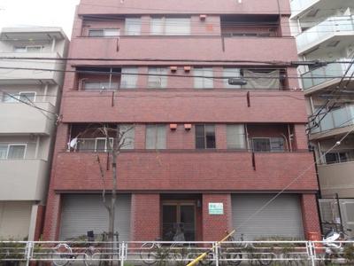 根岸マンション 外観は赤いタイル張りマンション。鉄骨造の4階建て。鶯谷・入谷駅から徒歩8分。比較的静