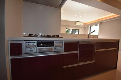 【キッチン】閑静な住宅街に佇む低層高級マンションです