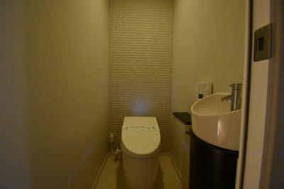 【トイレ】閑静な住宅街に佇む低層高級マンションです