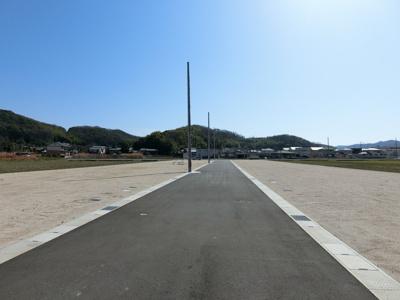 団地内道路は幅員6m。車の駐車やすれ違いもストレスなく行えます。