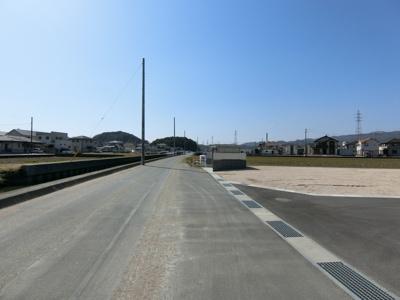 団地前の道路も広々としており交通量も少ないです。