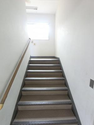 階段には手すりがついており上り下りも安心です。