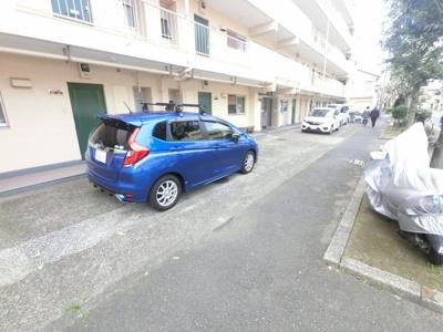 平置き駐車場です。 お車をお持ちの方も安心です。