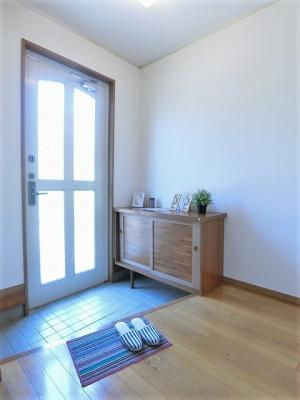室内から玄関への景観です!広々した玄関スペースでお客様のお出迎えもスムーズにできますね☆