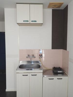 コンパクトなキッチン 2口ガスコンロ設置可能です