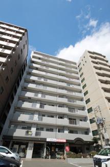 JR箱崎駅、地下鉄箱崎宮前駅どちらも徒歩約6分でアクセスできる便利な立地。 まわりは下町の雰囲気が残る、暮らしやすいエリア【箱崎小 徒歩3分】