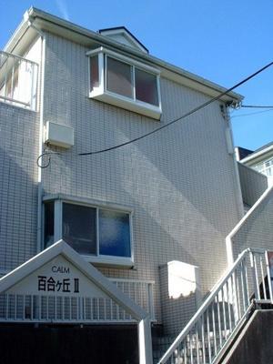 小田急線「百合ヶ丘」駅より徒歩6分!通勤・通学に便利な立地の2階建てアパートです♪駅前にはコンビニがありちょっとしたお買い物に役立ちますね♪