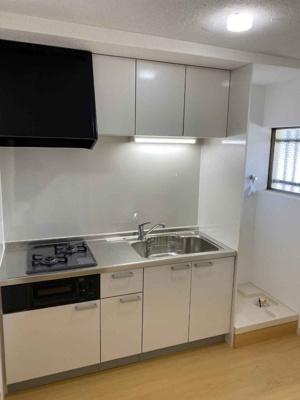 システムキッチンは新しい物に新調しています。2口コンロです。 収納もありますよ♪洗濯機置場も近くにあり家事動線が良いですね♪窓もあるので、風も通せて快適ですね♪