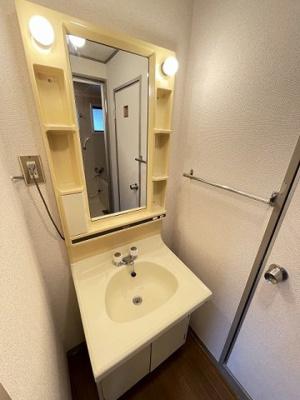人気のバストイレ別です♪トイレが独立していると使いやすいですよね☆横にはタオルを掛けられるハンガーもあります♪壁紙はオシャレなデザインクロス☆