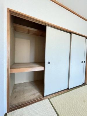 洋室4.5帖のお部屋にある収納スペースです!収納スペースが2ヶ所あるのが便利ですよね!荷物の多い方も安心!