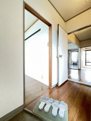 ダイニングキッチンにある室内洗濯機置き場です♪防水パンが付いているので万が一の漏水にも安心です!室内に置けるので洗濯機が傷みにくい☆