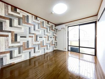 バルコニーに繋がる東向き角部屋洋室6帖のお部屋です!エアコン付きで1年中快適に過ごせますね☆オシャレなアクセントクロスが魅力的なお部屋です☆
