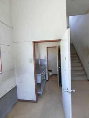 玄関ホールからの景観です!正面に手洗い場・トイレ・2階に繋がる階段があります☆