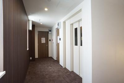 ホテルライク仕様のタイルカーペット敷共用廊下です