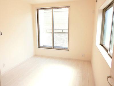【現地写真】 大きな窓からたっぷりと陽光が注がれる明るい空間♪