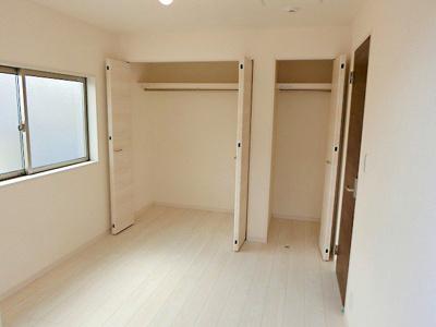 【現地写真】 各居室、豊富な収納が魅力的です♪