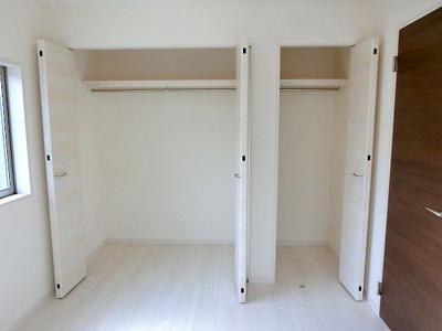 【現地写真】 居室クローゼットは、洋服やクリアーボックスなどもしまえるクローゼットを設置♪ ひろ~い収納はママにとって嬉しいですよねっ♪