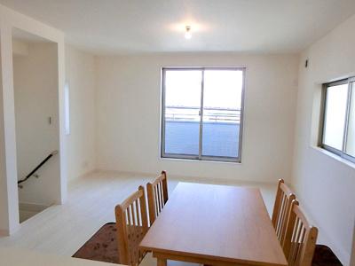 【現地写真】 こちらの居間でご家族みんなで 食卓を囲ってくださいませ♪