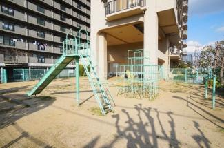 マンション敷地内に遊び場あります。