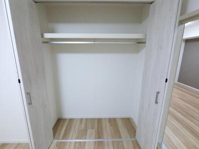 洋室収納です。 上部に空きスペースがあり、いろいろなものを収納できます。
