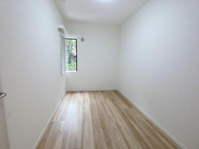 約4.5帖の洋室です。 こちらのお部屋は子供部屋か書斎にいかがでしょうか。