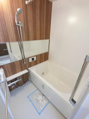 浴室乾燥機付のユニットバスです。 追い焚き機能も付いており、帰宅時間がバラバラでも暖かいお風呂にいつでも入浴できます。 1日の疲れを癒すバスルームでゆったりとお寛ぎ下さい。