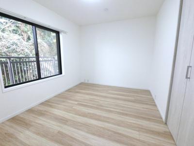 約5.8帖の洋室です。 広々としたクローゼットが付いております。