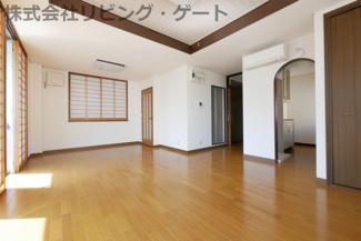 とても綺麗なお部屋です。折込天井やアーチ建具など豪華な造り。南に面するとても明るいお部屋です。