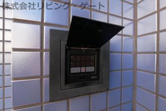 マンション入口はオートロック完備。暗証番号で入室可能です。