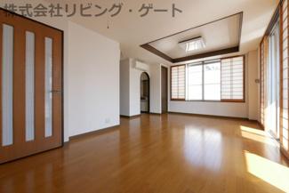 とても明るい室内。三方向角部屋なので隣家が気になりません。