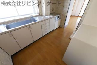 大きな窓があり、とても明るく、換気のしやすいキッチンです。