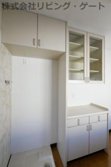 備え付けのキッチンキャビネット。買うと高いものなのでうれしい装備です。