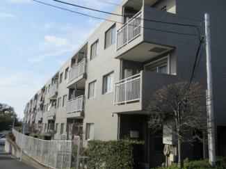 3階建ての2階が本物件になりますので、防犯面も安心です。 南西向きにつき日当たりも良好です!