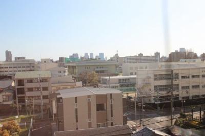 バルコニーからの眺望です。 前に高い建物がないので、見晴らしも良好ですね♪