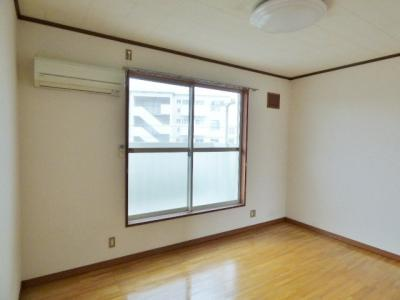 同タイプの別室の画像となりますのでイメージとしてご参照下さい。南向きの日当たり良好の居室♪エアコン1台完備!
