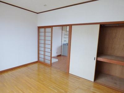 同タイプの別室の画像となりますのでイメージとしてご参照下さい。扉はどちらも引戸なので大きな家具の配置もしやすいですね♪