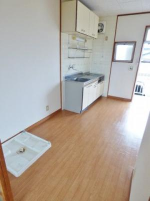 同タイプの別室の画像となりますのでイメージとしてご参照下さい。1Kでこの広さのキッチンはあまりないですよ!