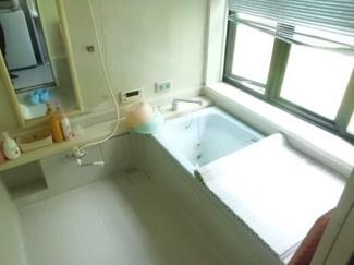 大型の浴槽に浸かって日頃の疲れを癒して頂く事が出来ますね♪