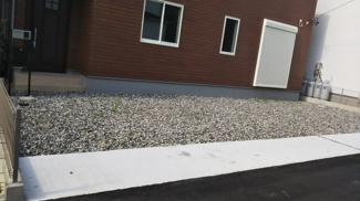 砂利が敷き詰められた駐車スペースです。