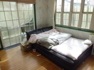 バルコニー付きの洋室は開放的で毎日の疲れを癒してくれます