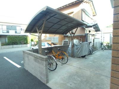 屋根つきの駐輪場もあります!