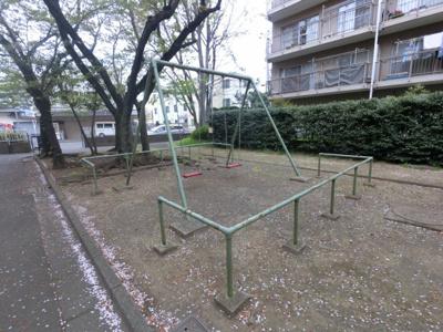 マンションの敷地内には公園があります。 小さなお子様も敷地内で遊ぶことが出来ます。