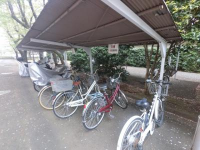 自転車置き場です。 屋根がついているので雨が降っても安心です。