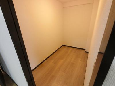 納戸です。 衣装部屋としてや、キャリーバックなど大きな荷物も収納できお部屋がすっきりします。