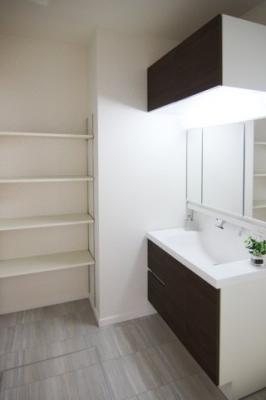 洗面所にも棚があるとタオルを並べたり。。観葉植物を置いてみたり。。お洒落な空間になりますね♪独立洗面台あり、毎朝おしゃれに忙しい女性の方におすすめです!当社施工例です!