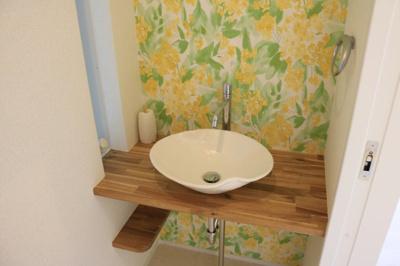 お花柄の壁も可愛らしいですね♪独立洗面台、小物を置くことができて便利です!当社施工例です!