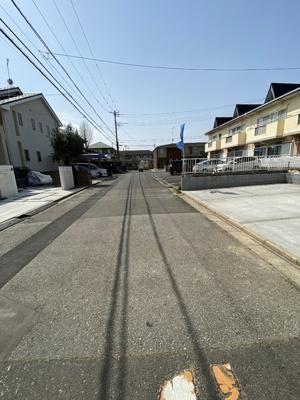 南東側6?、車通りの少ない静かな公道です。