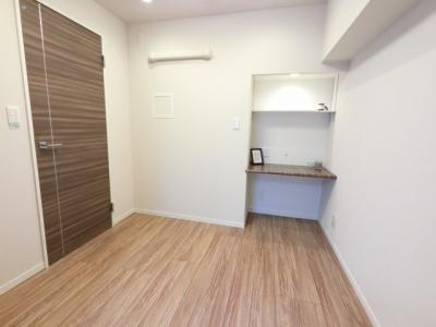 3.7帖の洋室です。 こちらはお子様のお部屋や書斎にいかがでしょうか? カウンターがあり使いやすそうです。